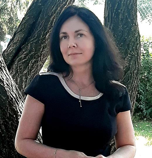 Nauczyciel emisji głosu, językoznawca, pracownik Instytutu Języka Polskiego PAN, absolwentka szkoły muzycznej